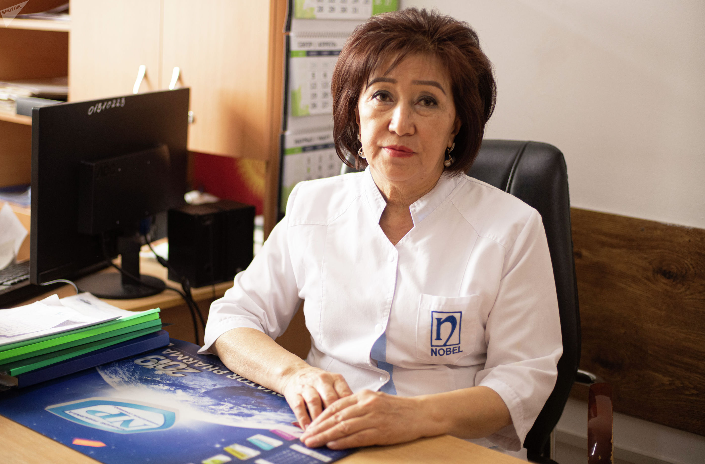 Урогинеколог центра урологии Национального госпиталя Дилдебубу Шукурова в своем кабинете