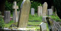 Надгробный плиты на христианском кладбище. Архивное фото