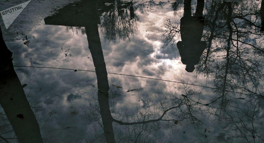 Отражение в луже. Архивное фото