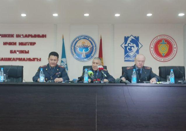 Глава ГУВД Бишкека Бакыт Матмусаев (по середине) во время пресс-конференции о ходе расследования дела о похищении и убийства Айзады Канатбековой