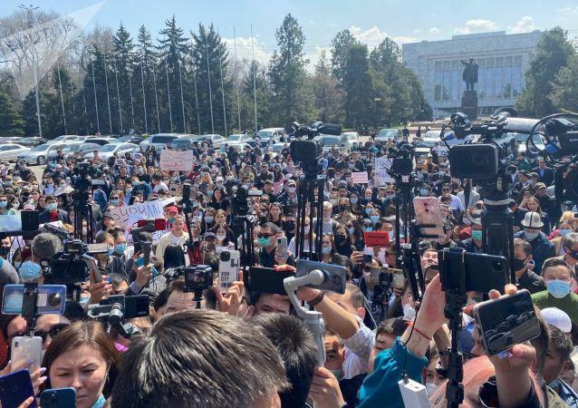 Митингующие у Дома правительства в Бишкеке после похищения и убийства 27-летней девушки