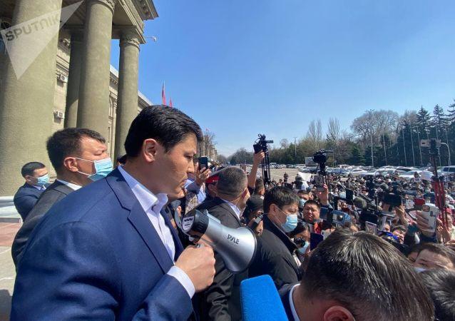 Премьер-министр Улукбек Марипов во время выступления перед митингующими у Дома правительства в Бишкеке после похищения и убийства 27-летней девушки