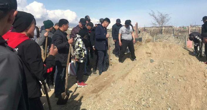 Похороны Айзады Канатбековой убитой после похищения в Бишкеке