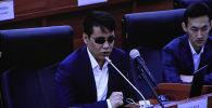 Парламентте башкаларга сабак болушу үчүн ички иштер министри Уланбек Ниязбековду отставкага кетирүү маселеси көтөрүлдү.