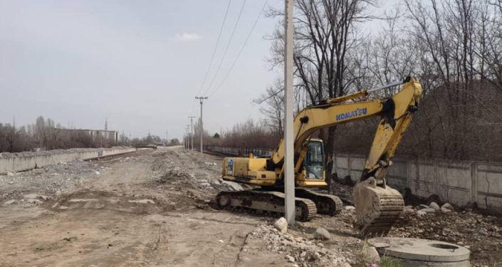 Реконструкция улицы Сухэ Батора со строительством моста через реку Аламедин в Бишкеке. 08 апреля 2021 года