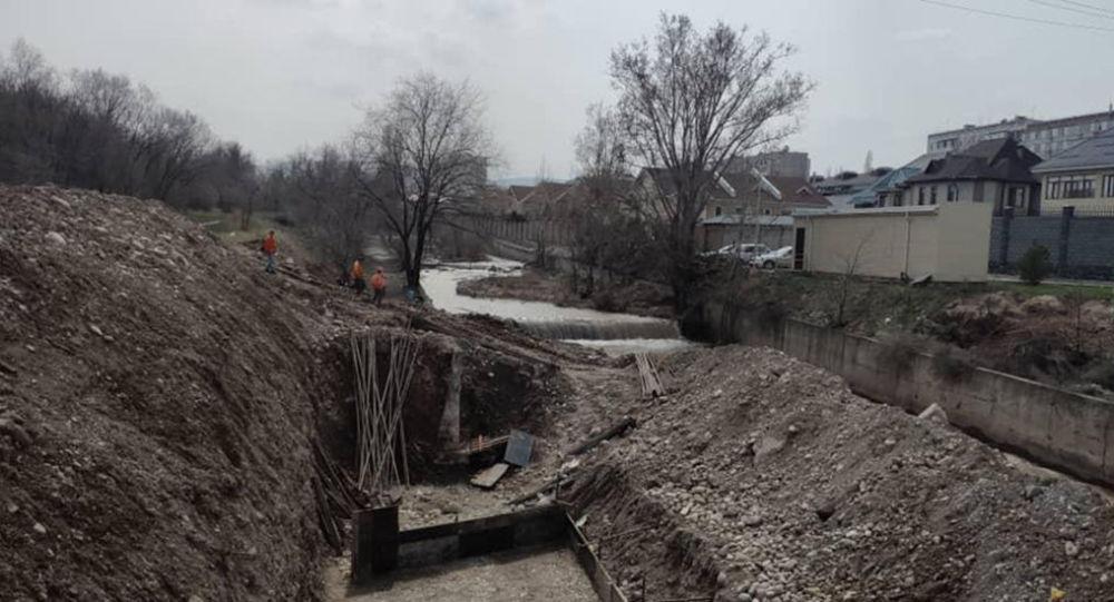 Строительство моста через реку Аламедин в Бишкеке