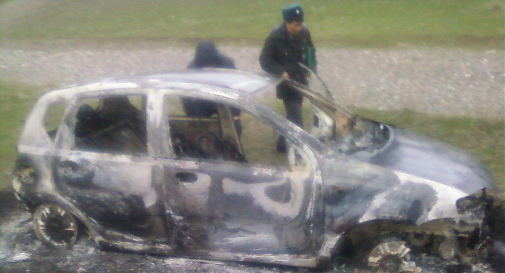 Сожженный автомобиль в нескольких километрах от автодороги Бишкек — Ош. Архивное фото