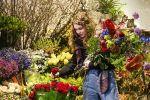 Работница цветочного магазина составляет букет. Архивное фото