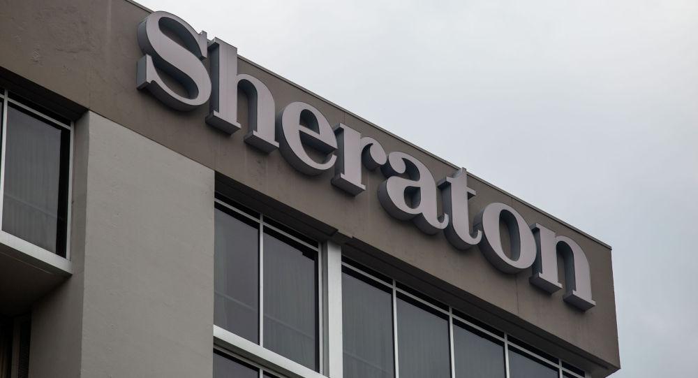 Самолет пролетает над отелем Sheraton. Архивное фото