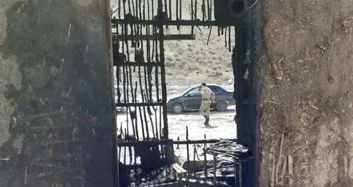 В результате пожара полностью сгорел жилой дом площадью 24 квадратных метра в Алайском районе Ошской области. 08 апреля 2021 года