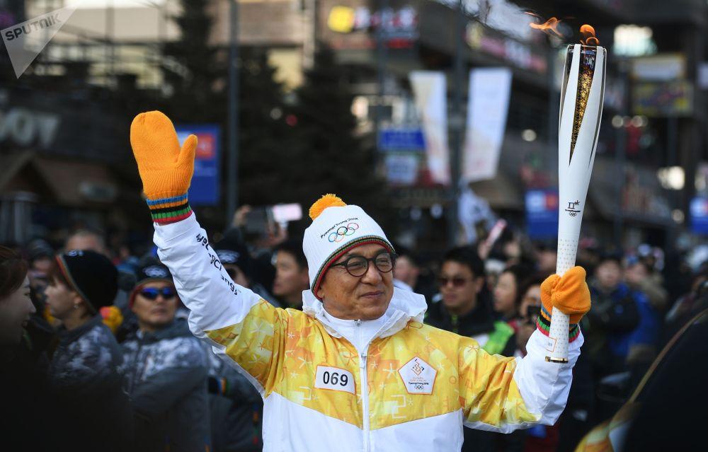 Актёр, продюсер Джеки Чан во время эстафеты Олимпийского огня XXIII зимних Олимпийских игр в Пхенчхане.
