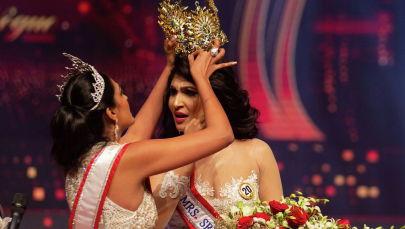Миссис Шри-Ланка Кэролайн Джури насильно лишает корону победительницы Пушпики Де Сильвы