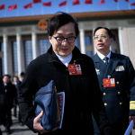 Актер Джеки Чан после заседания Народной политической консультативной конференции Китая (НПКСК) у Большого зала народов в Пекине. 15 марта 2018 года