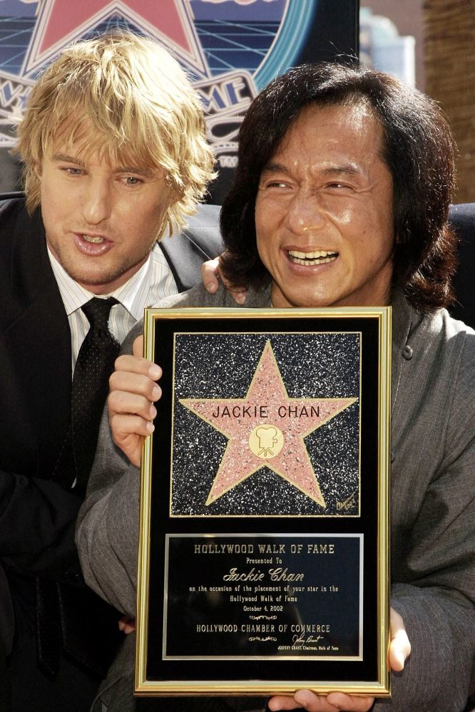 Актер Джеки Чан с американским актером Оуэном Уилсоном после того, как получил звезду на Голливудской Аллее славы.