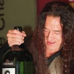 Актер Джеки Чан с бутылкой собственного вина во время его рекламного запуска. Джеки Чан объявил о запуске в Гонконге двух своих фирменных вин Reserve Release, созданных известным австралийским производителем вин. 27 сентября 1999 года