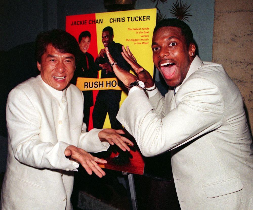 Актер Джеки Чан и американский актер Крис Такер на премьере фильма Час пик в Китайском театре Манна в Голливуде, Калифорния. Чан и Такер играют главную роль в боевике о полицейском детективе из Гонконга, который объединяется с полицейским Лос-Анджелеса, чтобы раскрыть похищение и предотвратить международный кризис. 09 сентября 1998 года