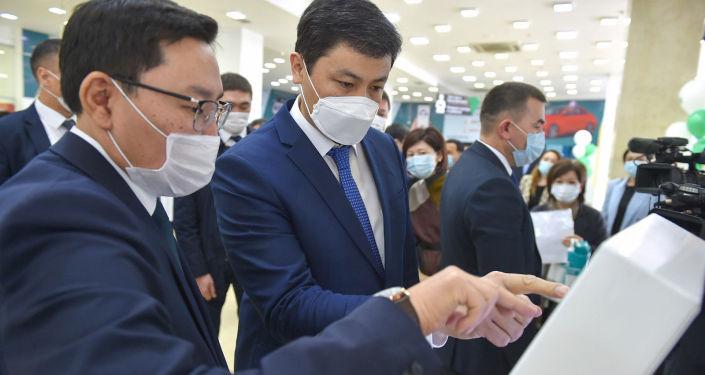 Премьер-министр КР Улукбек Марипов на церемонии открытия современного Центра обслуживания населения в центре Бишкека.  09 апреля 2021 года