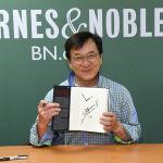 Актер Джеки Чан подписывает копию своей новой книги Никогда не взрослей в Barnes & Noble, 5-я авеню, в Нью-Йорке. 22 января 2019 года