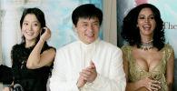 Актер Джеки Чан с актрисами Маликой Шерават и Ким Хи-Сон во время PR-компании фильма Миф