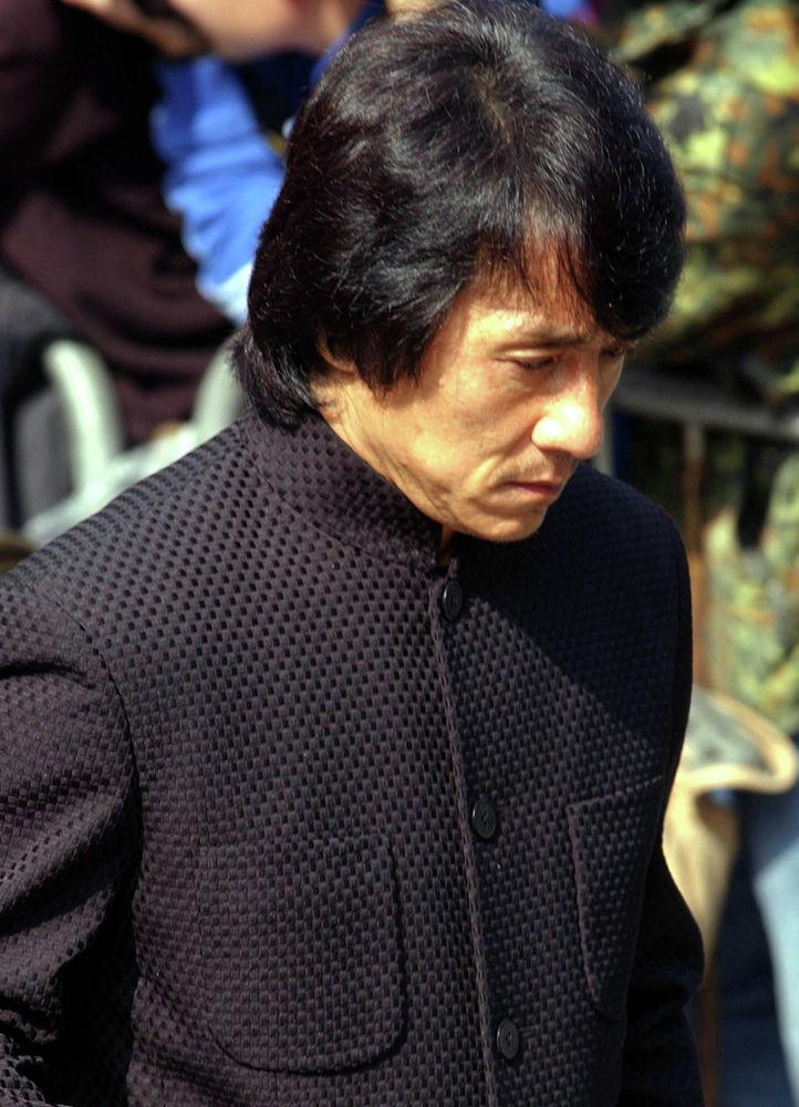 Актер Джеки Чан после похоронной службы в Гонконге канто-поп-дивы и актрисы Аниты Муи. 12 января 2004 года. Анита Муи умерла от рака 30 декабря 2003 года.