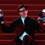 Актер Джеки Чан позирует с игрушками в виде панд на красной ковровой дорожке на церемонии закрытия 5-го Пекинского международного кинофестиваля в районе Хуайжоу в Пекине. 23 апреля 2015 года Джеки Чан озвучивал обезьяну в мультфильме Кунг-фу Панда