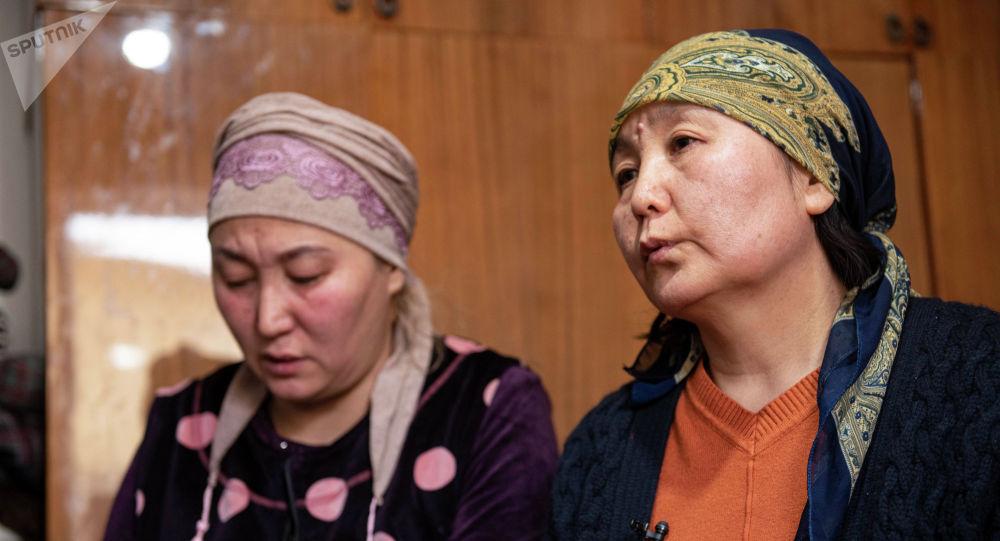 Мать убитой после похищения в Бишкеке Айзады Канатбековой, Назгуль Шакенова (справа)