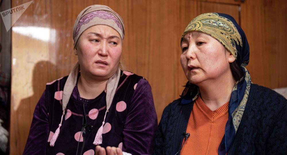 Мать убитой после похищения Айзады Канатбековой Назгуль Шакенова (справа)