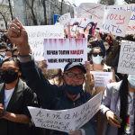 Участники митинга возле Министерства внутренних дел в Бишкеке, организованный после похищения и убийства Айзады Канатбековой.