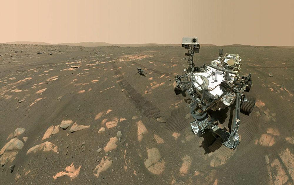 Марсоход NASA Perseverance делает селфи с вертолетом Ingenuity. Аппарат был прикреплен к марсоходу Perseverance, который проделал путь в 471 миллион километров.