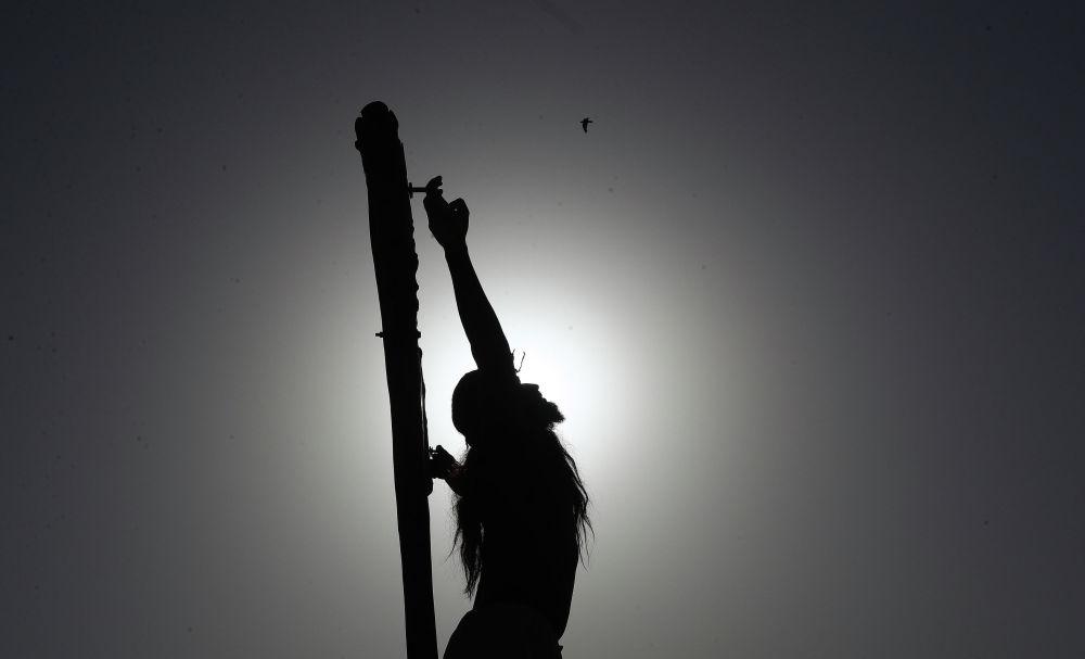 Христианин воссоздает распятие Иисуса Христа в честь Страстной пятницы в Хайдарабаде (Индия)