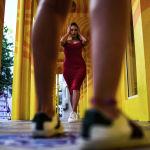 Девушка фотографируется в дизайнерском квартале Майами.