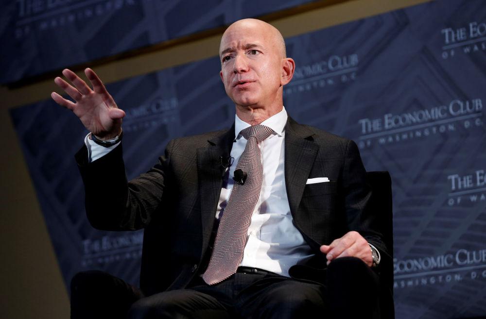 Самый богатый человек планеты Джефф Безос выступает на заседании экономического клуба в Вашингтоне, 2018 год