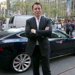 Основатель Tesla Илон Маск позирует на фоне автомобиля. В 2020 году он совершил невероятный рывок в рейтинге богатейших людей мира.