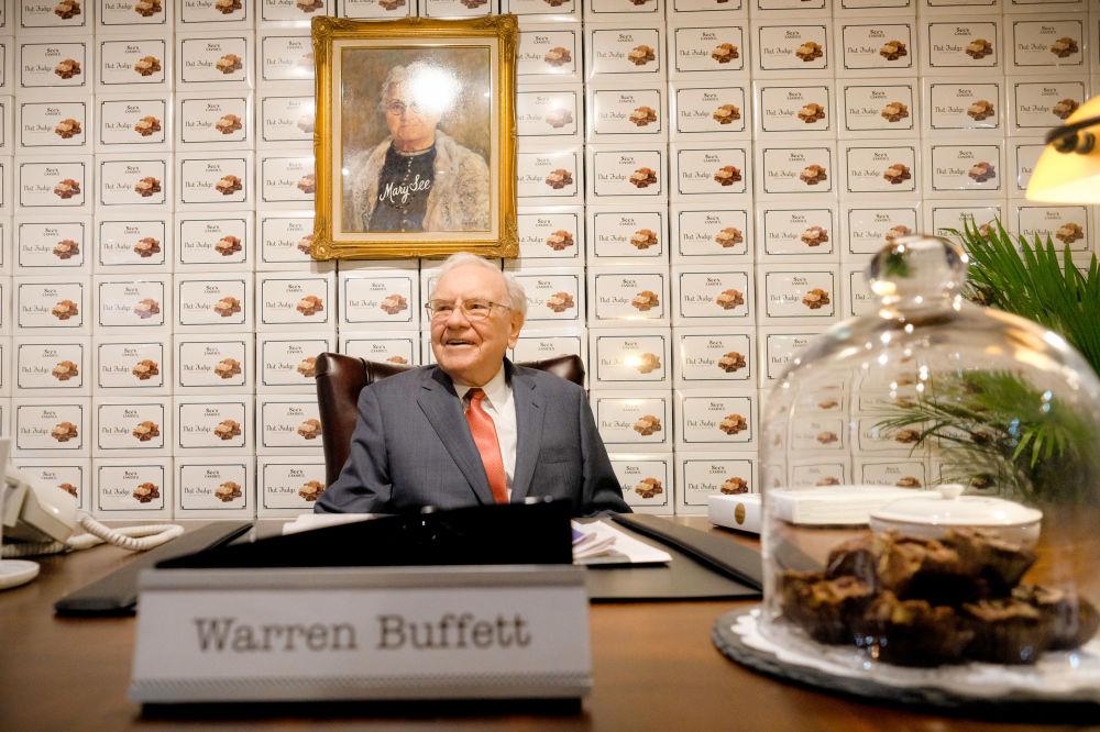 Состояние Уоррена Баффета на миллиард меньше, чем у Цукерберга. Он руководит инвестиционным домом Berkshire Hathaway, которому принадлежат доли более чем в 60 компаниях.