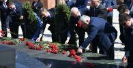 КМШнын Парламенттер аралык Ассамблеясынын байкоочулары Ата-Бейит комплексине барып 1916-жылдагы трагедиялуу окуянын курмандыктарынын элесине арналып тургузулган мемориалга гүл коюшту