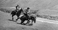 Кыргызский каскадер, режиссер Усен Кудайбергенов на лошади во время трюка