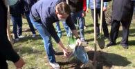 Первый замглавы правительства и столичные чиновники посадили деревья на месте будущего сквера в 6-м микрорайоне.