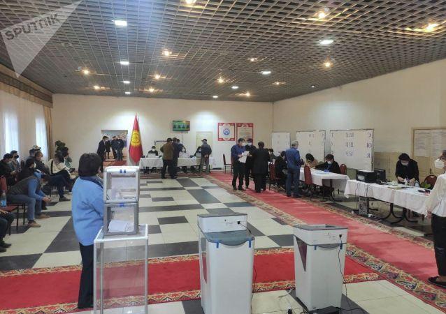 Избирательный участок № 1 053 в Чон-Арыке во время выборов в местные кенеши и референдум по проекту новой Конституции в Кыргызстане