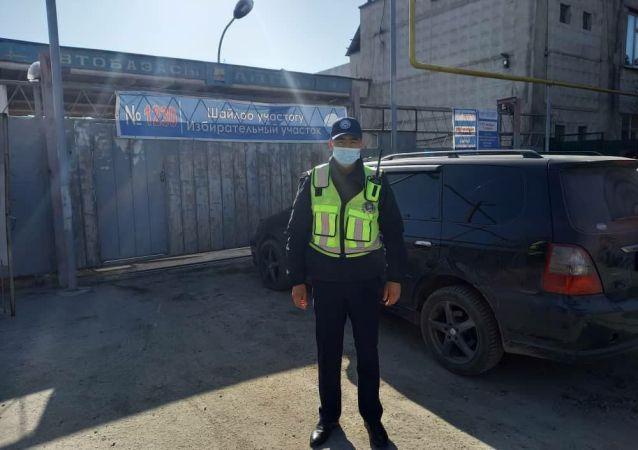 Сотрудники патрульной службы милиции у избирательного участка в Бишкеке во время выборов в местные кенеши и референдум по проекту новой Конституции