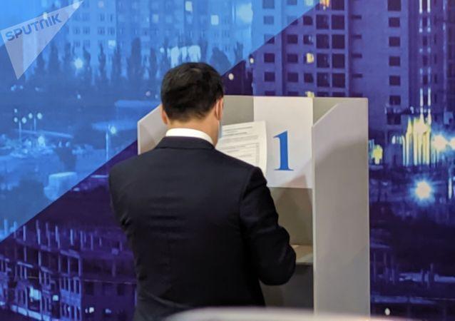 Президент Кыргызстана Садыр Жапаров голосует на избирательном участке № 1 053 в Чон-Арыке во время выборов в местные кенеши и референдум по проекту новой Конституции в Кыргызстане