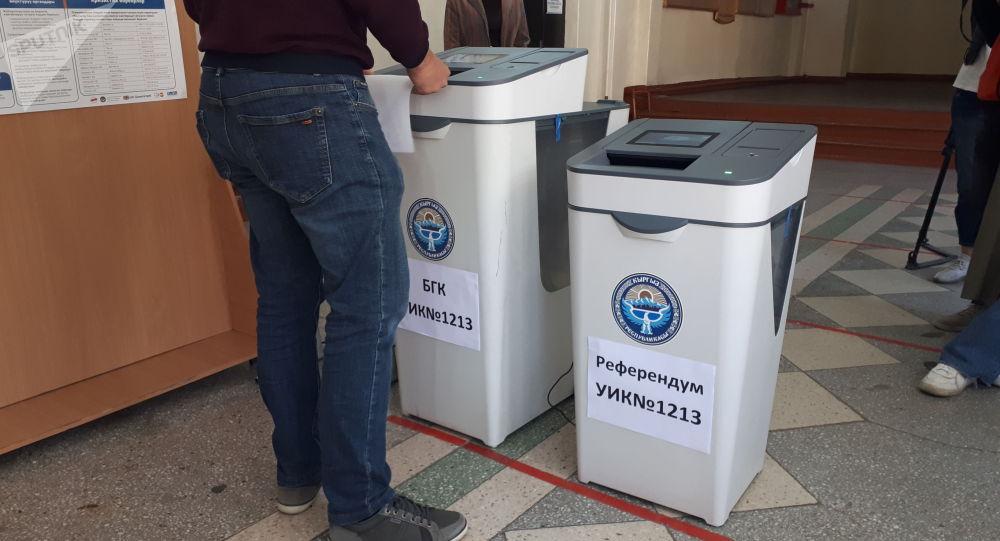 Мужчина голосует на избирательном участке №1213 в Бишкеке во время выборов в местные кенеши и референдум по проекту новой Конституции в Кыргызстане