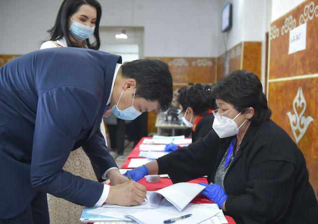 Премьер-министр Кыргызстана Улукбек Марипов голосует на избирательном участке № 1032 города Бишкек, во время выборов в местные кенеши и референдум по проекту новой Конституции в Кыргызстане