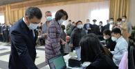 Президент Кыргызстана Садыр Жапаров и первая леди Айгуль Жапарова голосуют на избирательном участке № 1 053 в селе Чон-Арык, во время выборов в местные кенеши и референдум по проекту новой Конституции в Кыргызстане