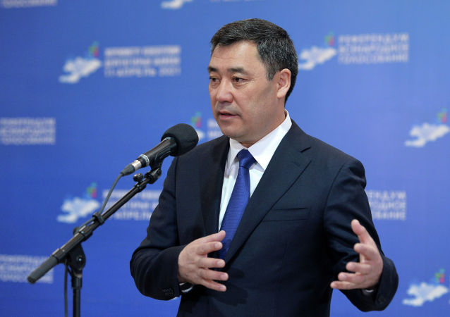 Президент Кыргызстана Садыр Жапаров произносит речь после голосования на избирательном участке № 1 053 в селе Чон-Арык, во время выборов в местные кенеши и референдум по проекту новой Конституции в Кыргызстане