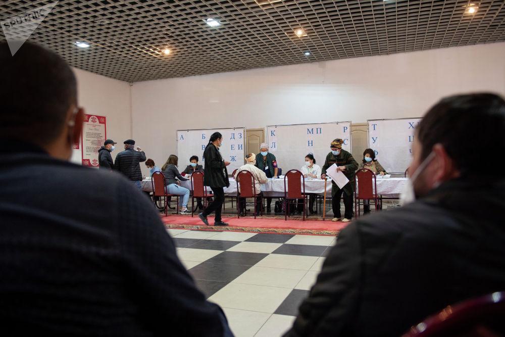 Наблюдатели на избирательном участке № 1 053 в селе Чон-Арык во время выборов в местные кенеши и референдум по проекту новой Конституции в Ленинском районе