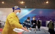 Женщина голосует на избирательном участке №1053 в селе Чон-Арык во время выборов в местные кенеши и референдум по проекту новой Конституции в Кыргызстане