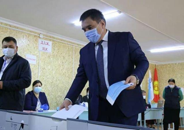 Мэр Оша Таалайбек Сарыбашов во время голосования на выборах в местные кенеши и референдум по проекту новой Конституции в Кыргызстане