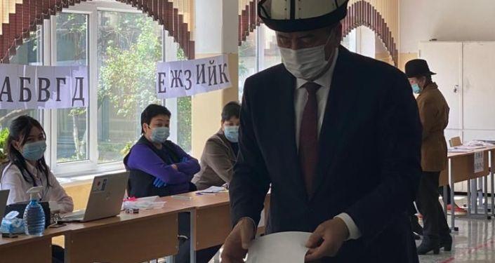 Экс-президент Кыргызской Республики Сооронбай Жээнбеков во время выборов в местные кенеши и референдум по проекту новой Конституции в Кыргызстане