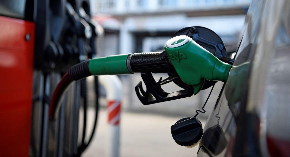 Заправочный пистолет наполняет автомобиль бензином на АЗС. Архивное фото