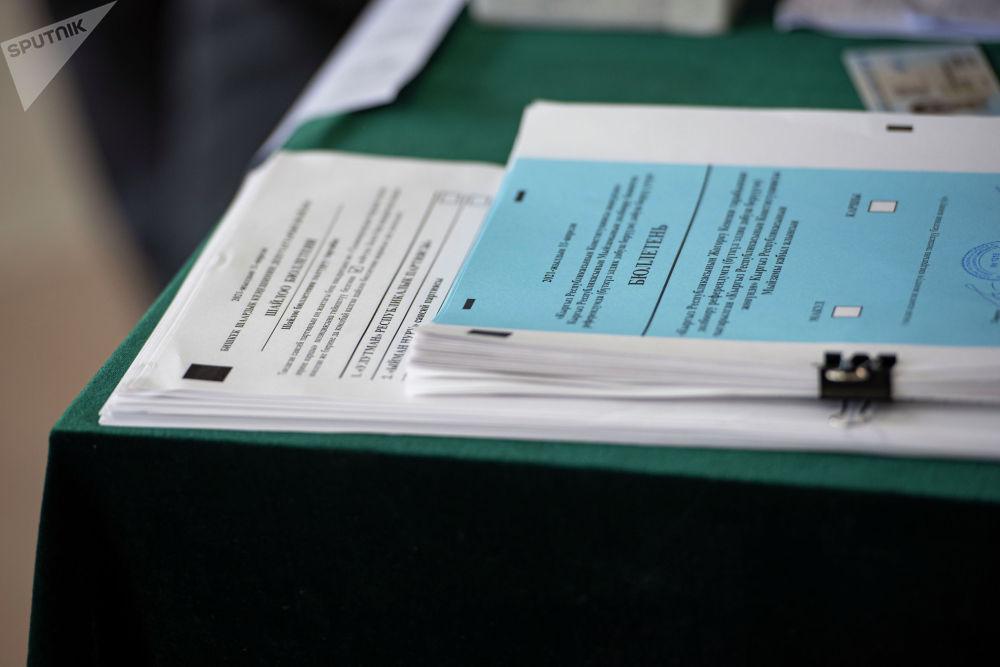 Бюллетени на избирательном участке №1219 в Бишкеке во время выборов в местные кенеши и референдум по проекту новой Конституции.